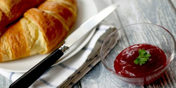 fruehstueck-ohne-kohlenhydrate_croissants-mit-marmelade