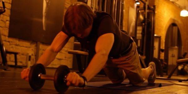 Untere Bauchmuskeln trainieren: Foto von einer Bauchmuskelübung für die unteren Bauchmuskeln.