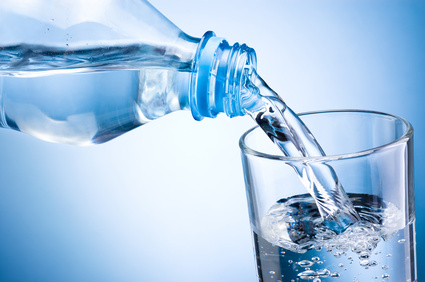 Bauchfett verbrennen: Mindestens 3 Liter Wasser am Tag sind perfekt für deine Gesundheit.