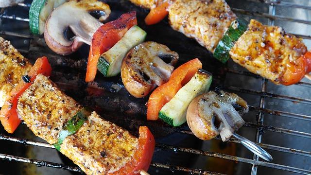 Bierbauch weg: Foto von gegrillten Gemüsespieß mit magerem Fleisch.