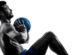 Effektives Bauchtraining: Foto von einem Mann beim Training der Bauchmuskeln mit einem Medizin-Ball mit freiem Oberkörper.