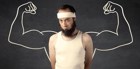 Ernährungsplan zum Muskelaufbau für Hardgainer: Foto von einem Mann mit dünnen Oberarmen ohne Muskeln und traurigem Gesicht.
