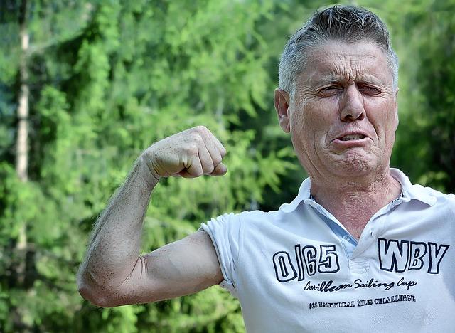 Ernährungsplan zum Muskelaufbau für Hardgainer: Foto von einem Mann mit einem dünnen Oberarm ohne Muskeln.