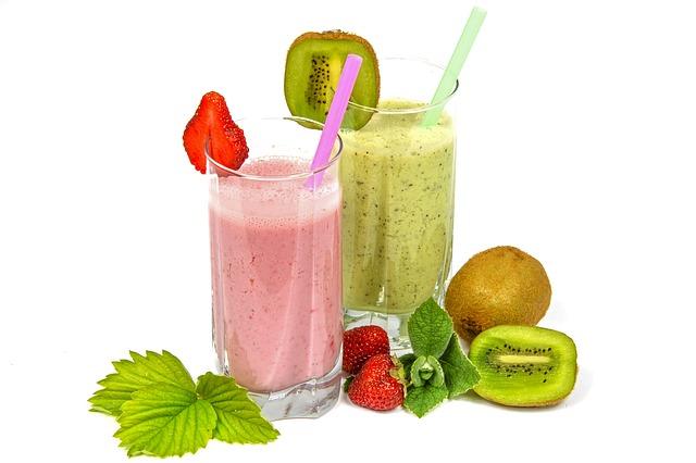 Frühstück ohne Kohlenhydrate: Foto von zwei Smoothies mit Erdbeere und Kiwi.