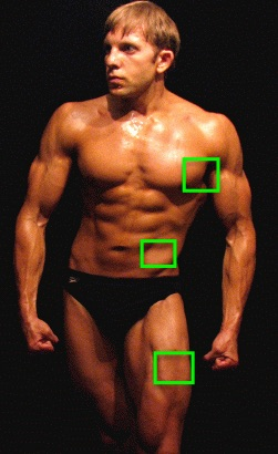 Körperfettanteil berechnen: Foto von einem Bodybuilder mit der Markierung der Brustfalte, Bauchfalte und Beinfalte der Hautfaltenmessung.