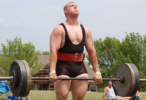 Muskelaufbau Tipps: Foto eines Gewichthebers beim Langhantel hochheben.