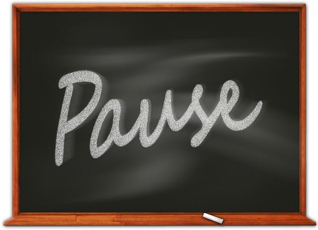 Muskelaufbau Tipps: Foto einer Tafel mit dem Wort Pause darauf geschrieben.