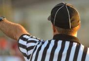 Effektives Bauchtraining: Foto von einem Schiedsrichter der mit seinem Zeigefinger die Richtung angibt.
