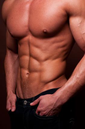 Anabole Diät Ernährungsplan: Foto von einem Mann mit Traumkörper und Waschbrettbauch.