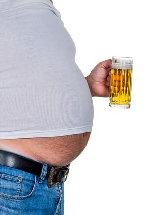 Bierbauch weg: Foto von einem Mann mit dickem Bierbauch und Bierglas in der Hand.