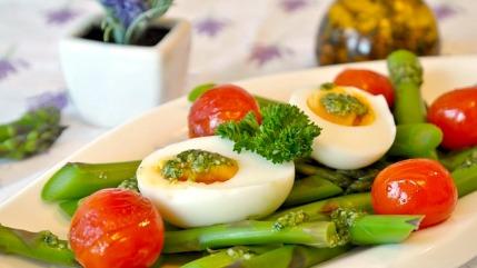 Eierdiät: Foto von gekochten Eiern mit grünem Spargel und Tomaten