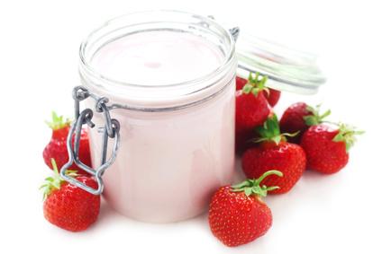 Frühstück ohne Kohlenhydrate: Foto von einem Joghurt mit Erdbeeren.