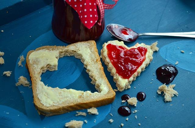 Frühstück ohne Kohlenhydrate: Foto von einem Toastbrot mit Butter und Marmelade in Herz-Form.