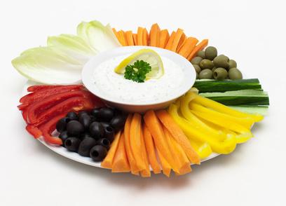 Frühstück ohne Kohlenhydrate: Bunte Rohkostplatte aus Gemüse mit leckerem Quark-Dip.