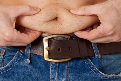 Körperfettanteil: Foto von einem Mann mit Übergewicht und viel Bauchfett.