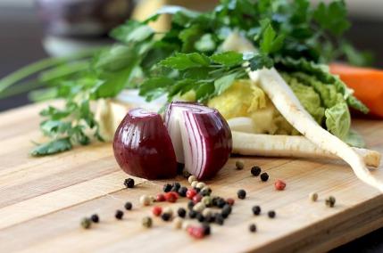 Kohldiät: Foto von frischem Gemüse und Kräutern auf einem Holzbrett