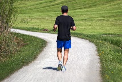 Maximalpuls berechnen: Foto von einem Jogger von hinten