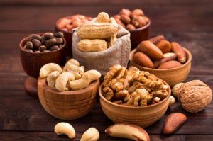 proteinhaltige Lebensmittel: Foto von Schalen mit Nüssen wie Walnuß, Mandeln, Cashew