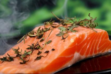 proteinhaltige Lebensmittel: Foto von einem Stück Lachs