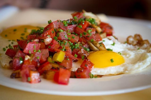 Anabole Diät Ernährungsplan: Foto von einem frühstück mit Tomaten, Spiegeleiern und Schinkenwürfeln