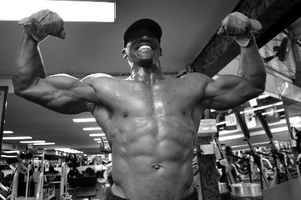 Anabole Diät Ernährungsplan: Foto von einem Bodybuilder mit nacktem Oberkörper in schwarz-weiss