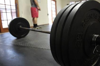 Ektomorph Trainingsplan: Foto von einer Langhantel mit Gewichten im Trainingsraum