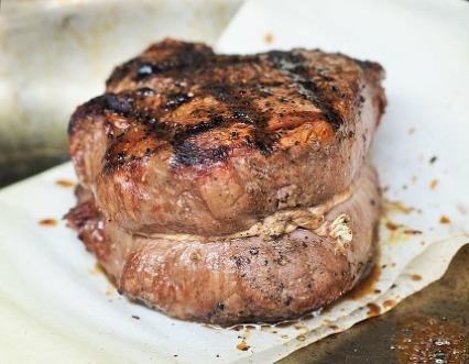 Ernährungsplan Muskelaufbau: Foto von einem gebratenen Steak