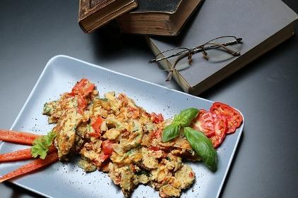 Frühstück ohne Kohlenhydrate: Foto von Rührei mit Tomaten und Basilikum