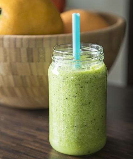Frühstück ohne Kohlenhydrate: Foto von einem grünen Smoothie mit Strohhalm
