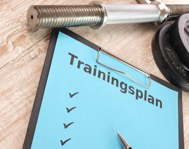 Hanteltrainingsplan: Foto von einem Trainingsplan auf einem Klemmbrett