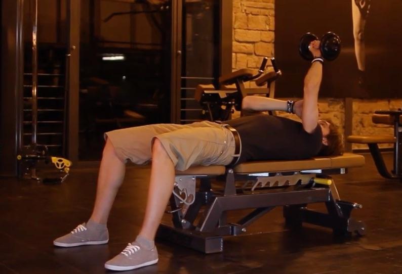 Hantelübungen Trizeps: Foto von einem Mann auf einer Flachbank bei Trizeps Übungen