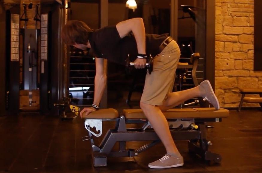 Kickbacks mit Kurzhanteln werden mit einem geraden und leicht nach vorne gebeugten Rücken durchgeführt. Hantelübungen Trizeps sind meist einfach in der Ausführung, aber zugleich ein sehr wirkungsvolles Armtraining.