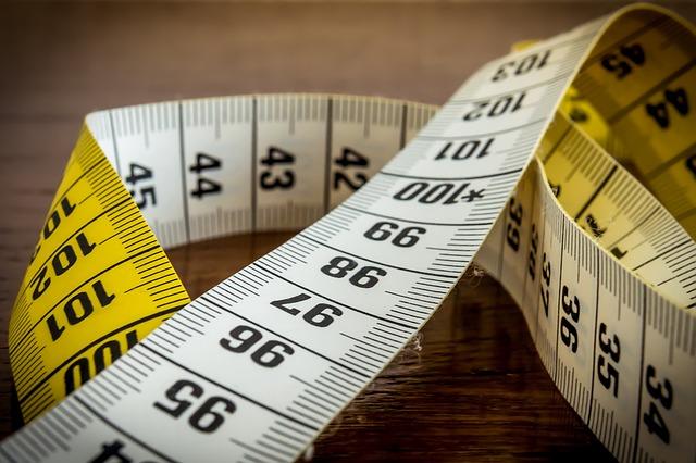 Körperfettanteil berechnen: Foto von dem Ausschnitt eines ausgerollten Maßbands