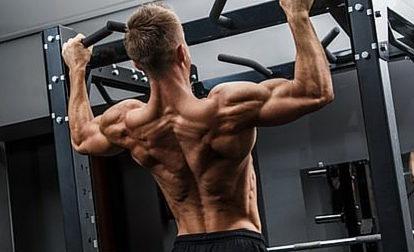 Latissimusübungen: Foto von einerm Mann mit freiem Oberkörper bei Klimmzügen
