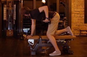 Latissimustraining: Foto von einem Mann beim Rückentraining auf der Flachbank