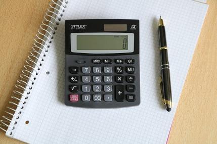 Leistungsumsatz berechnen: Foto von einem Taschenrechner mit Sift auf einem Schreibblock