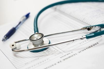 Puls Normalwerte: Foto von einem Stethoskop auf Unterlagen