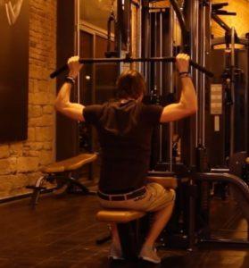 Rautenmuskel trainieren: Foto von einem Mann am Latzug