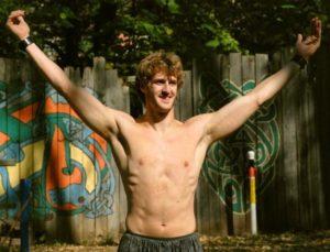 Schultermuskeltraining: Foto von einem Mann der die Arme hochhebt in Siegerpose