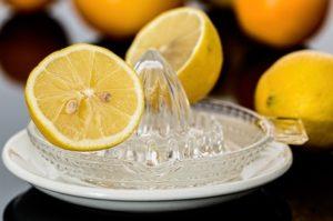 Zitronendiät: Foto von Zitronen beim Auspressen