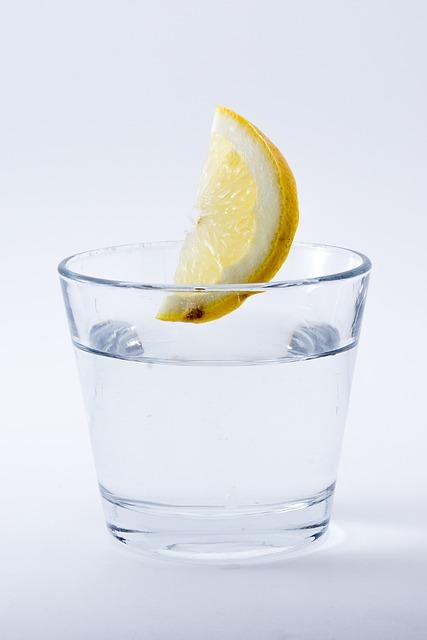Zitronendiät: Foto von einem Glas Wasser mit einer Scheibe Zitrone.