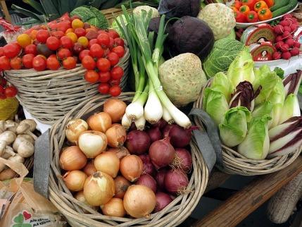 Dukan-Diät: Foto von verschiedenen Gemüsesorten wie Lauchzwiebeln, Salat und Tomaten
