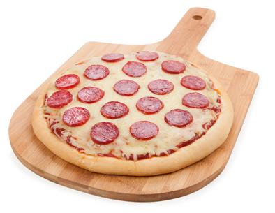 Hüftspeck loswerden: Foto von einer Pizza auf einem Holzbrett