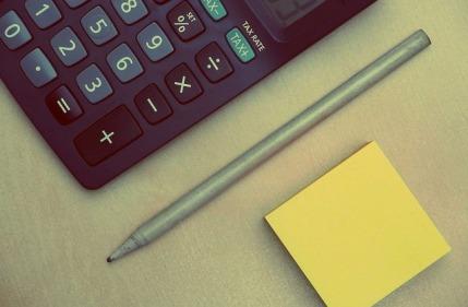 Körperfettanteil: Foto von einem Taschenrechner, Stift und Block