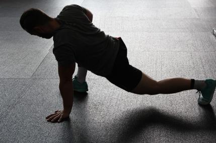 Muskelaufbau Tipps: Foto von einem Mann beim Training auf dem Boden