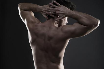 Nackendrücken: Foto von einem durchtrainierten Männerrücken