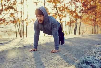 Übungen gegen Hüftspeck: Foto von einem Mann bei Liegestützen