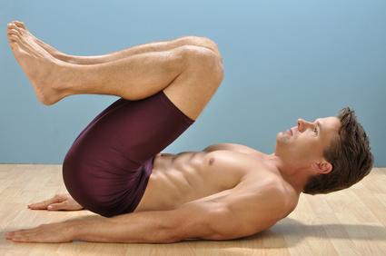 Der Reverse Crunch ist eine sehr effektive Übung für die unteren Bauchmuskeln. Ausgeführt auf der Flachbank kann er noch zielgerichteter ausgeführt werden.
