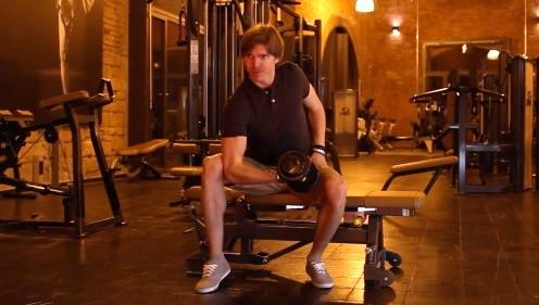 Armübungen: Foto von einem Mann bei der Unterarm-Übung Unterarm-Curls.