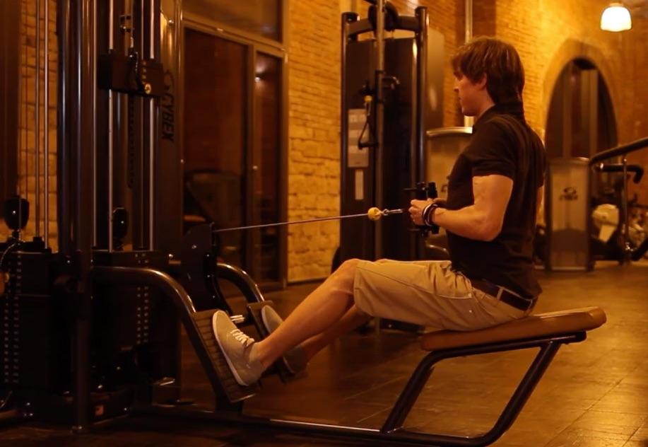 Bankziehen: Foto von einem Mann bei der Fitness-Übung Bankziehen mit Kabelzug.